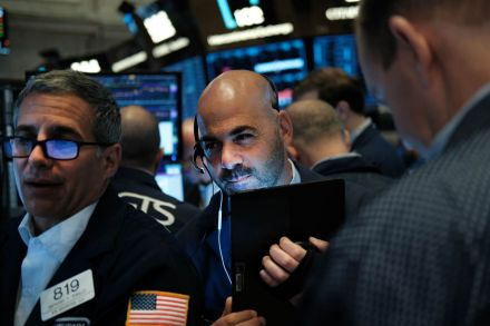 Stocks stay mixed as investors weigh earning, merger, Fed