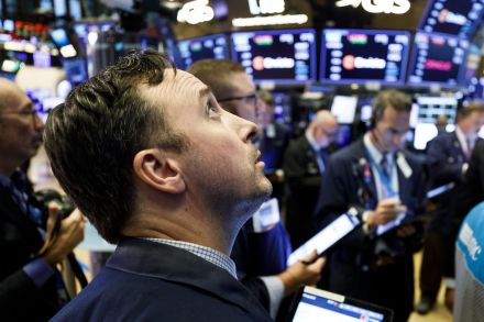 Wall St ends flat on mixed economic data