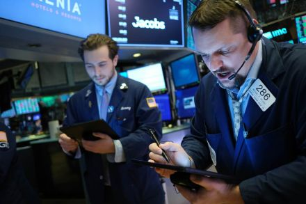 Wall Street opens lower, rising crude oil prices support energy shares