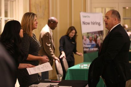421636672506 - 13_11_2015 - US-JOB-SEEKERS-LOOK-FOR-EMPLOYMENT-AT-CAREER-FAIR.jpg