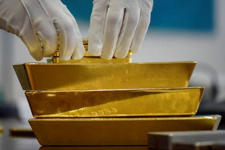 Gold prices up on weaker dollar; presidential debate in focus