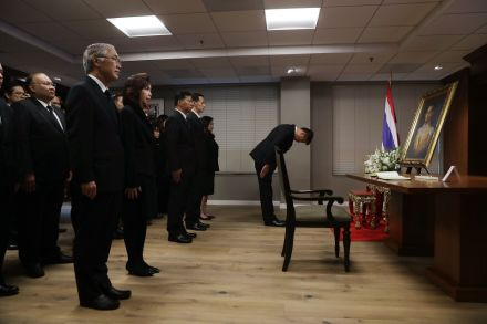 40186939 - 14_10_2016 - US-MOURNERS-PAY-RESPECTS-TO-LATE-KING-BHUMIBOL-AT-THAI-EMBASSY-I.jpg