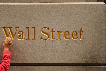 Wall St. rallies on strong corporate earnings reports