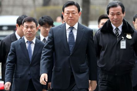 Lotte Group's 5 owner family members stand on trial