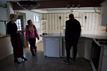 United States new home sales hit 7-month high; jobless claims rise