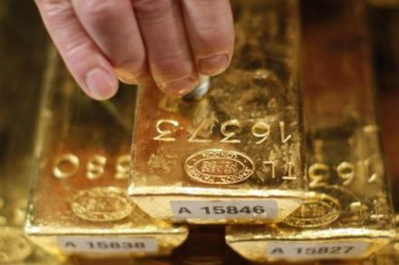 Gold edges lower amid record high stocks