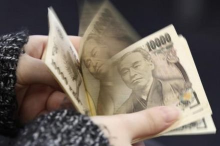 Dollar hits 8-week low vs yen, N.Korea tensions spook investors
