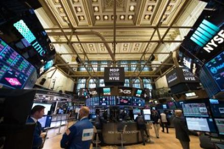 USA stocks notch record high amid earnings reports, Fed minutes