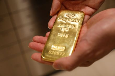 Gold edges higher, Fed minutes in focus