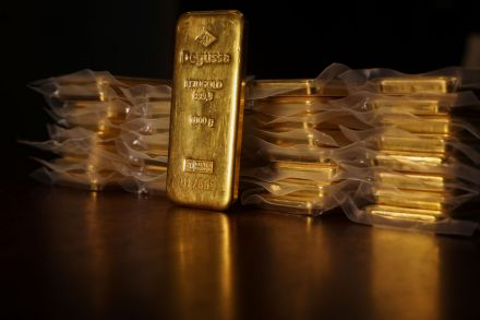 Gold firm on weaker dollar, trade war concerns