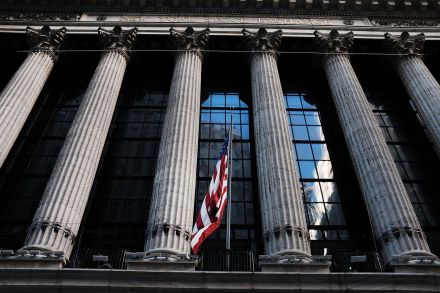 US-DOW-CONTINUES-DECLINE_-WITH-STEEP-OF-OVER-100-POINTS-214427.jpg