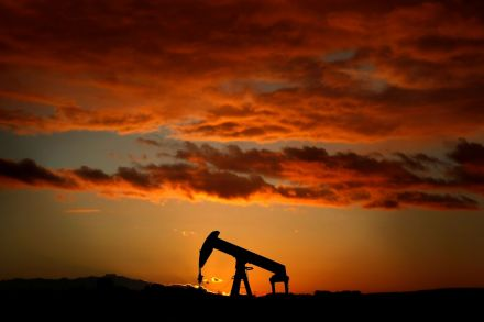Oil prices plunge on rising U.S.  stockpiles