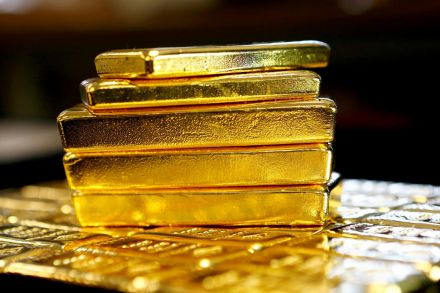 Gold hits 1-week low on strong dollar; Fed minutes awaited