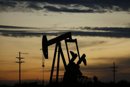 Oil falls on USA inventory build