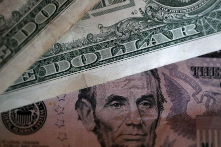 US-US-DOLLAR-DROPS-TO-TWO-AND-HALF-YEAR-LOW-AFTER-LATEST-N_-KORE-221722.jpg