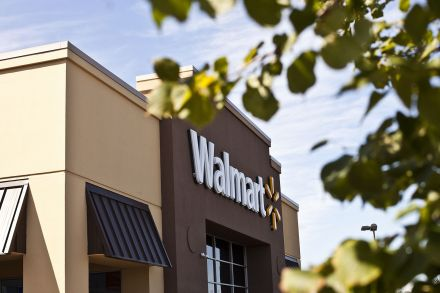 Walmart tops expectations, sees big boost in worldwide sales