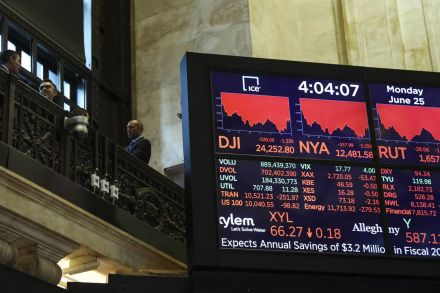 US-MARKETS-TAKE-STEEP-DIVE-AMID-CONTINUE-TRADE-TENSIONS-BETWEEN--212618.jpg