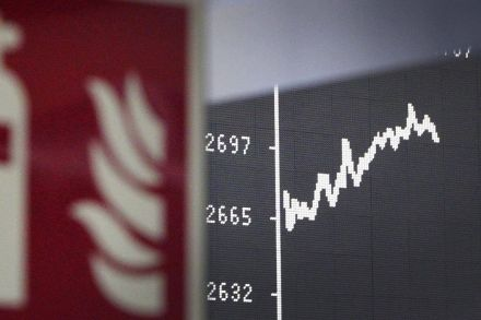European shares dip as HSBC disappoints, trade fears linger