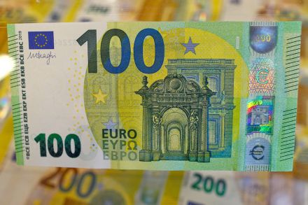 Euro dips on Italy debt worries and trade tensions, Banking