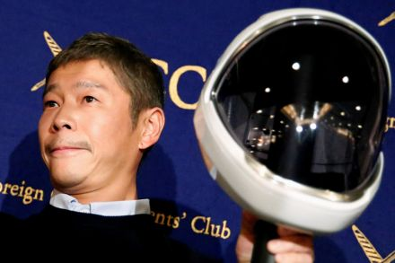 This Japanese billionaire is giving away $9 million on Twitter