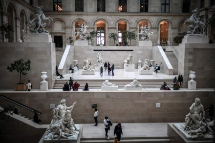 Louvre museum in Paris closes over coronavirus fears