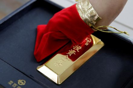 Uncertainty pushes gold price to new record high