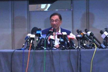 Malaysia opposition chief Anwar claims 'majority,' aims to oust PM
