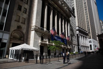 Wall Street falls on dimmed stimulus hopes