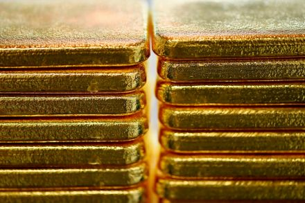 Gold on track for weekly gain as stimulus hopes dent US dollar