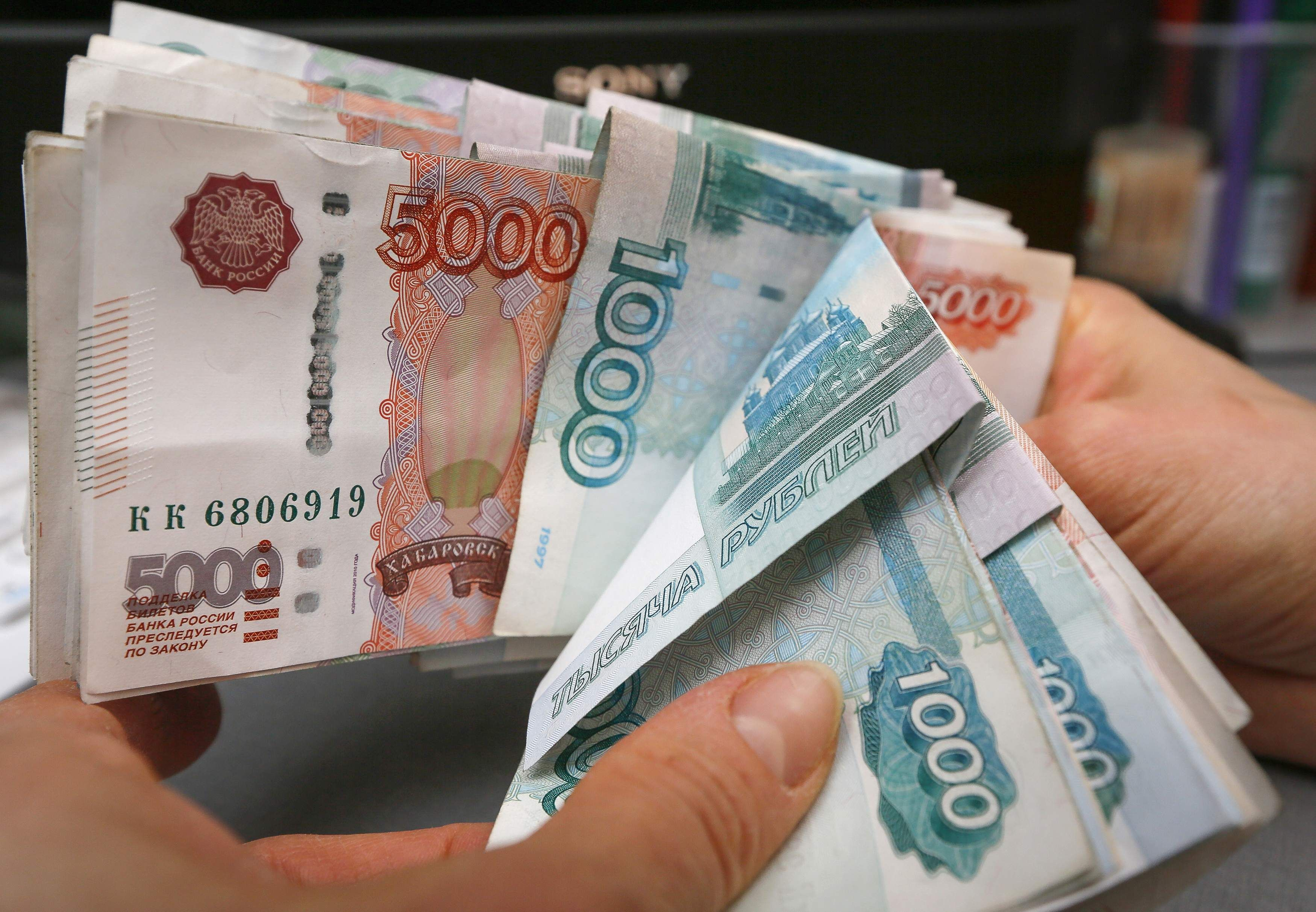 Russian Inflation Topped Forecasts By Economists Accelerating To The Fastest Pace In Almost Seven Years As Country S Worst Currency Crisis Since 1998