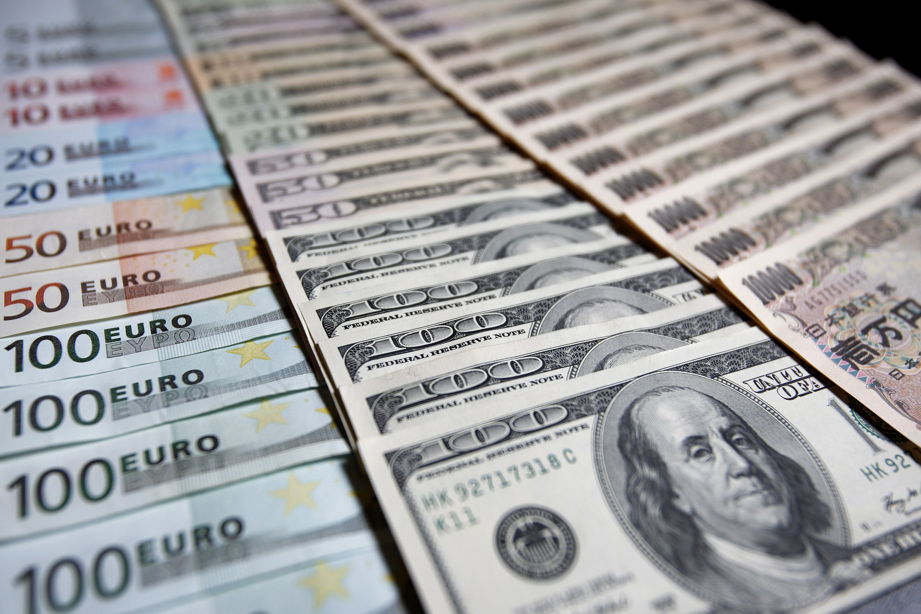 Us Dollar Dips Vs Euro As Fed Minutes Point To December Rate Hike