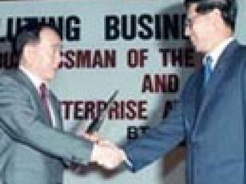 Businessman of the Year 1989 Mr Tang I-Fang (left) receiving his award from Guest of Honour, Mr Ong Teng Cheong, 2nd Deputy Prime Minister