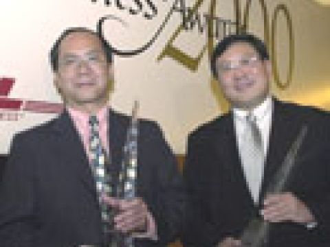Outstanding Chief Executive 2000 Mr Boon Swan Foo (left) with Businessman of the Year 2000 Mr Goh Lik Tuan