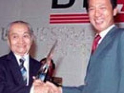 Dr Lien Ying Chow (left) , Businessman of the Year 1988 receiving his award from Guest of Honour Dr Yeo Ning Hong, Minister for Communications & Information