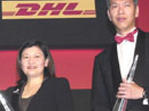 Ms Olivia Lum (left) of Hyflux, Enterprise Award winner 2003 with Mr Lee Hsien Yang, Outstanding Chief Executive 2003