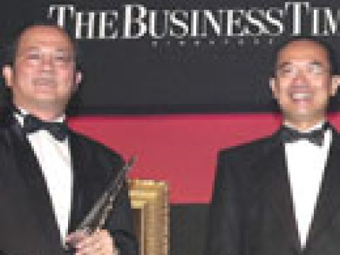 Businessman of the Year 2003 Mr Ron Sim (left) receiving his award from Guest of Honour BG (NS) George Yeo, Minster for Trade and Industry