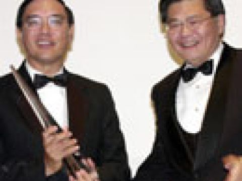 Mr Choo Chiau Beng (left), Outstanding Chief Executive 2001 with Mr Jerry Hsu, Area Director of DHL