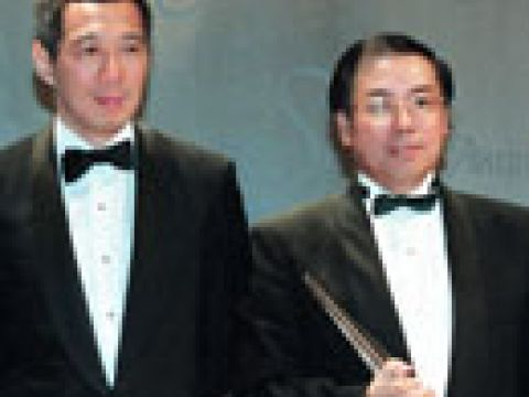 Guest of Honour, BG Lee Hsien Loong (left) , Deputy Prime Minister with Mr Peter Seah, Outstanding Chief Executive 1999