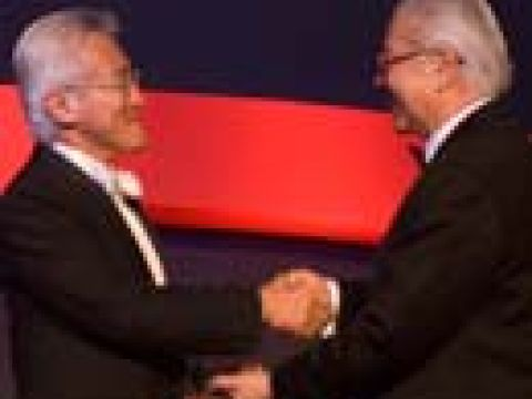 Outstanding Chief Executive 2007 Mr Chew Choon Seng (left) CEO, Singapore Airlines Ltd receiving his award from Dr Tony Tan, Chairman, SPH Holdings