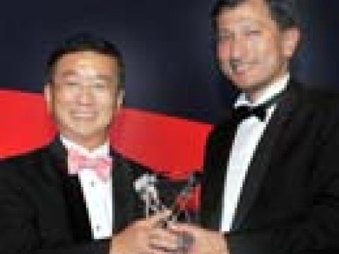 Mr Roland Ng San Tiong (left) President & Group CEO of Tat Hong Holdings Ltd, receiving his Businessman of the Year award 2007 from Guest of Honour Mr Vivian Balakrishnan, Minister for Community Development, Youth and Sports