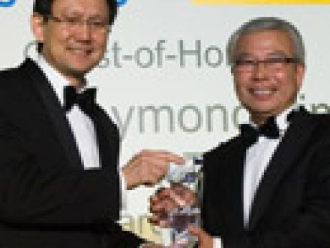 Mr Chua Thian Poh (right) Chairman & CEO of Ho Bee Investment Ltd, receiving his Businessman of the Year award 2006 from Guest of Honour Mr Raymond Lim, Minister for Transport
